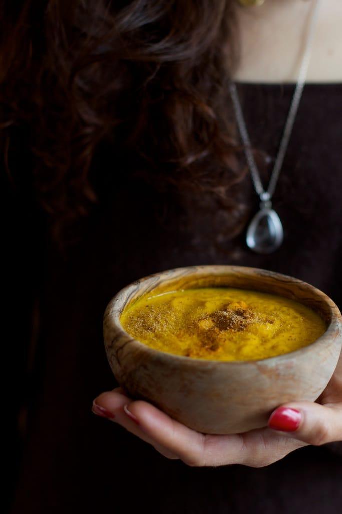 3-moi tenant_soupe carotte poireau gingembre curcuma haricots blancs foie detox.jpg