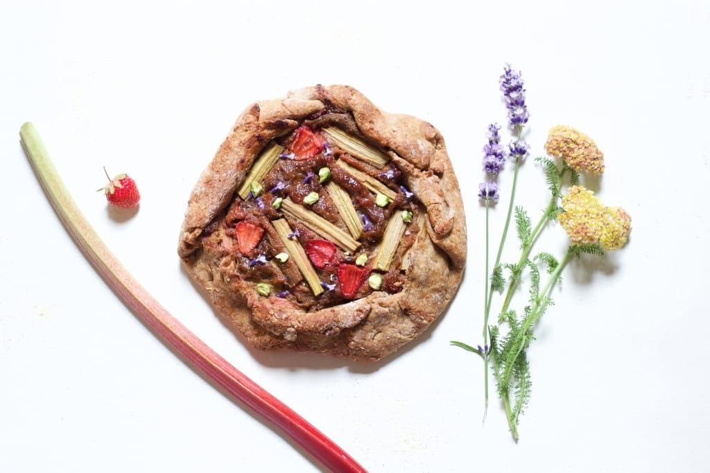 C-tarte-rustique-rhubarbe-fraise-lavande