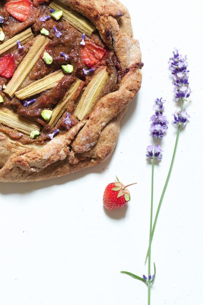 tarte-rustique-rhubarbe-fraise-lavande-macro